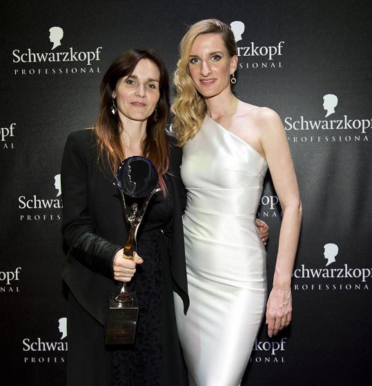 Banášová s Mishou Čadkovou, která získala titul Kadeřník roku 2015 (Hairdresser of the Year).