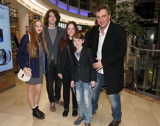 Tomáš Matonoha vzal rodinku do kina.