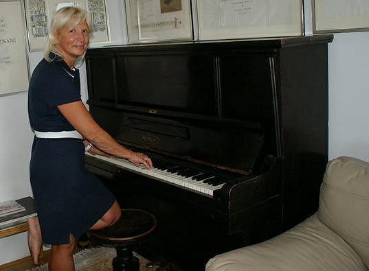 Na klavír si při návštěvě u Jany Adamcové zahrála MUDr. Ivana Němečková, která jí pečuje o bezvadnou postavu.