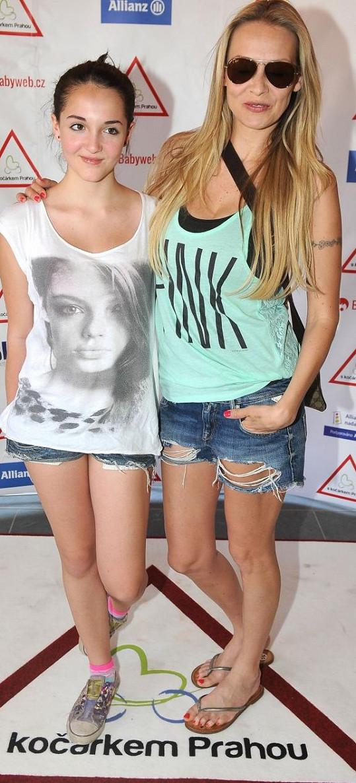 Martina Gavriely s dcerou Jessicou se podobně oblékly.