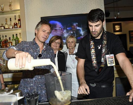 Vyškolený barman učí Ledeckého míchat speciální růžový koktejl.