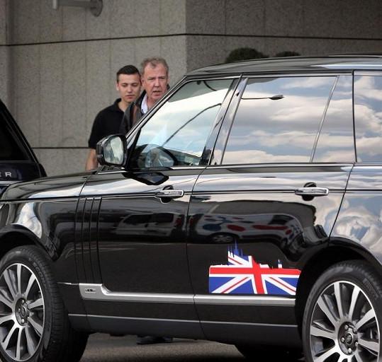 Jeremy Clarkson přiletěl do Prahy dnes odpoledne.