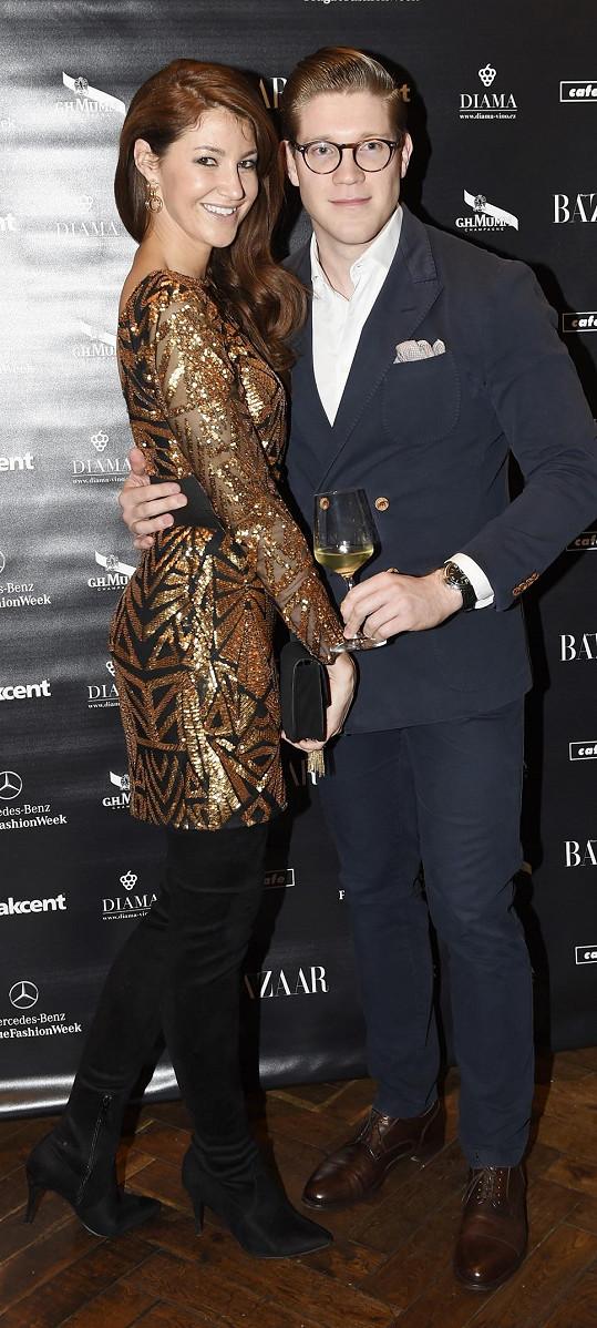 Tomáš Topolánek s kamarádkou na zahájení fashion weeku