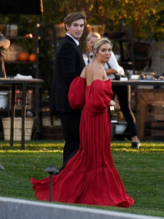 Na svatbu dorazilo mnoho prominentních hostů včetně herečky Sienny Miller.