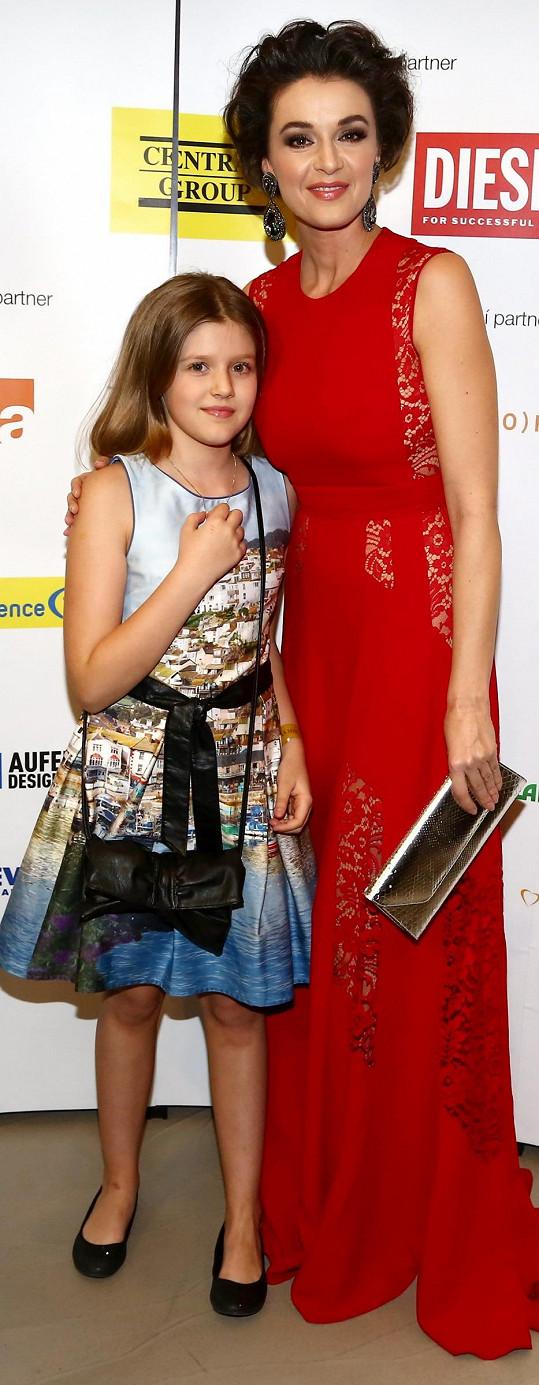 Iva Kubelková s dcerou Natálií, která mamince odcizuje boty na podpatku.