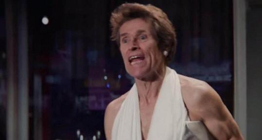 Willem Dafoe v roli hollywoodské sexbomby