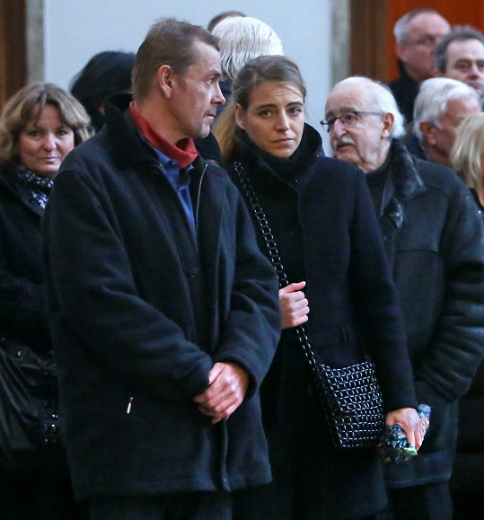Syn Přemka Podlahy Pavel s partnerkou na pohřbu.