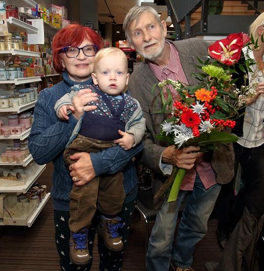 Jana Synková a Jan Schmid s vnukem Hugem na křtu knihy Sežeňte Mozarta