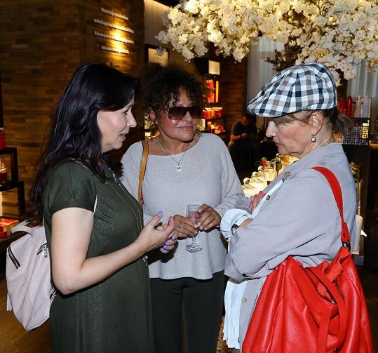Na párty se potkala i s Jitkou Zelenkovou a Petrou Černockou.