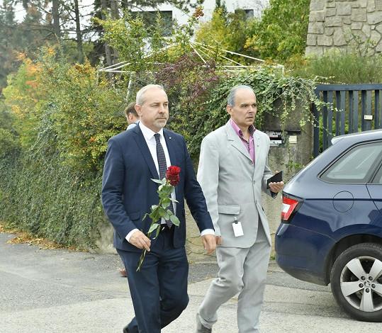 Květinu přinesl také poslanec a místopředseda KDU-ČSL Jiří Mihola.