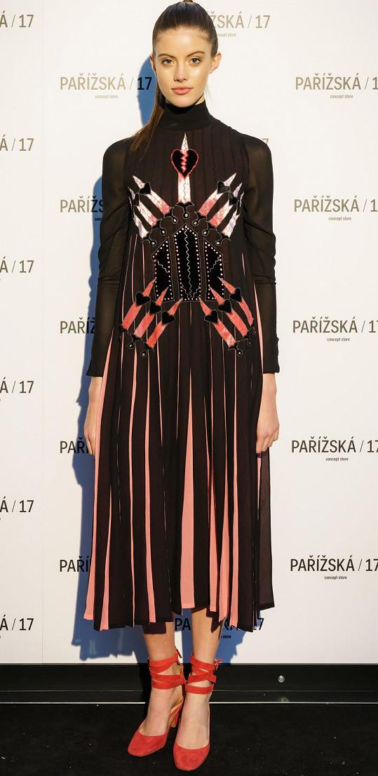 Bára Podzimková oblékla luxusní model Valentino.