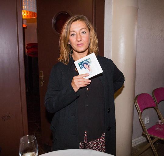 Na CD se jedním textem podílela i Vanda Hybnerová.
