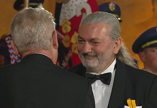 Daniel Hůlka přebírá medaili...