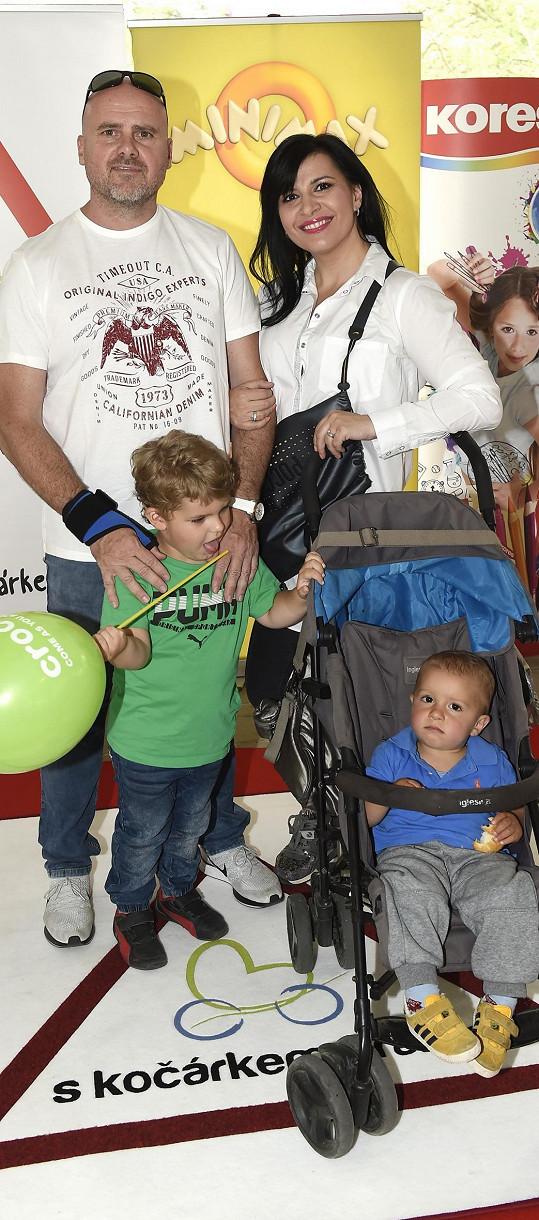 Andrea s manželem a syny na akci S kočárkem Prahou