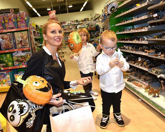 Simona se syny Maxem a Brunem vybírali v outlet centru v Hatích halloweenskou výzdobu.