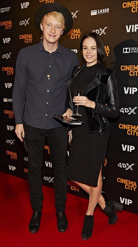 Jakub s kamarádkou v kině