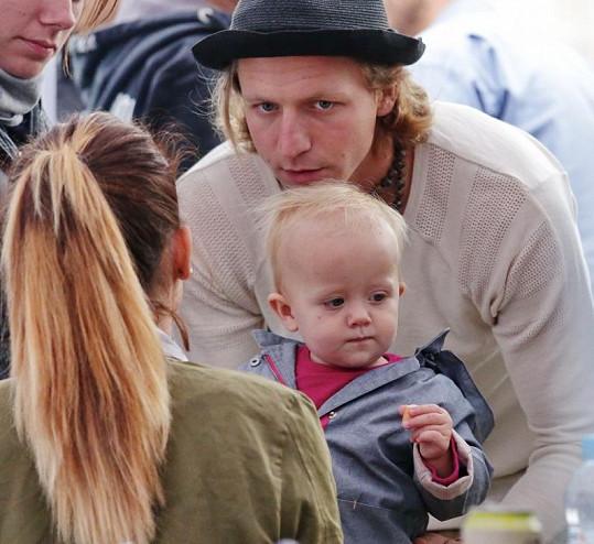 Tomáš Klus si festival užil s manželkou a dcerou.