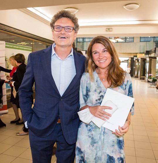Patrik Hartl s manželkou Martinou na premiéře hry Holky jako květ v divadle Studio DVA.