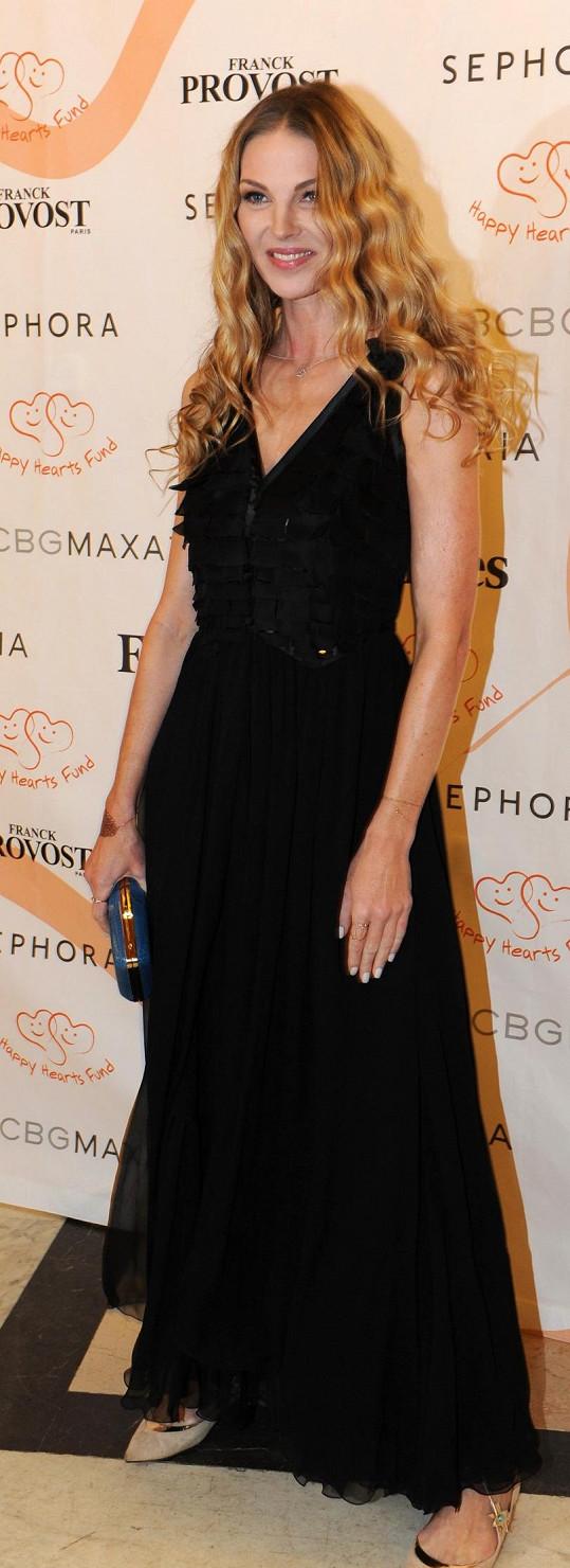 Opět u ní zvítězila černá. Barva nebarva patřila modelu Giorgio Armani, který topmodelka Pavlína Němcová doplnila psaníčkem Lusha Florence, střevíčky Aquazzura a pochopitelně vlastními šperky Gioia.
