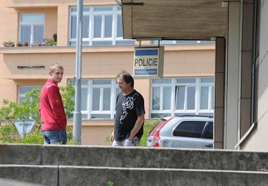 Jan Rychtář a zvukař Standa odjeli bez Rychtáře. Je zadržen?