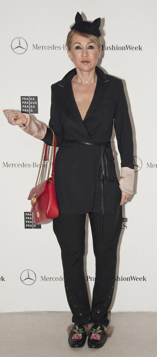 Nepřehlédnutelné jsou mokasíny s kožešinou i kabelka Gucci a zároveň fascinátor s oušky. Kam jinam si vzít takové doplňky než právě na tuto akci.