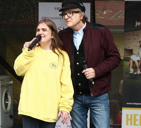 Ve VIP zóně byla Mekyho dcera Linda, která si otcův koncert nemohla nechat ujít.