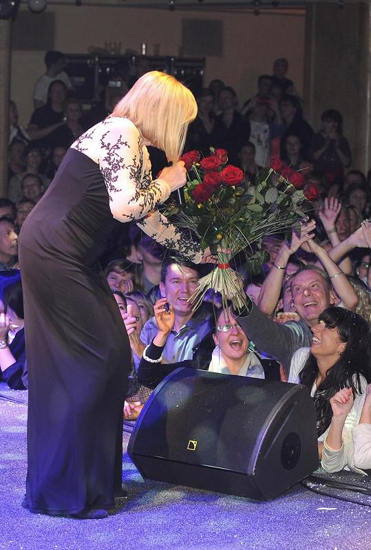 Kyticí červených růží ji obdaroval i Štefan Margita.