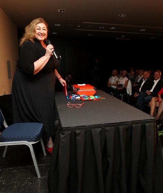 Spisovatelka, scenáristka, publicistka a kuchařka se pochlubila svým sportovním úspěchem na své one woman show pořádané ve vyhlášené restauraci v mrakodrapu na pražské Pankráci.