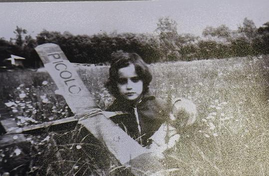 Jedna archivní fotka zachycuje Lucii s letadélkem na louce.