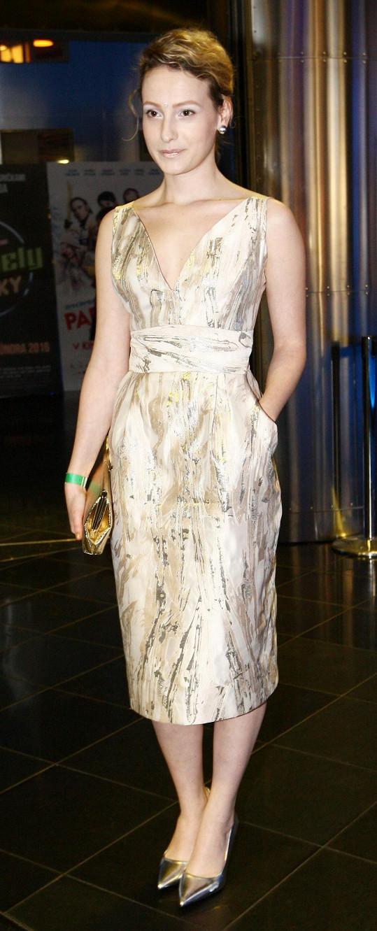 Anna Fialová dorazila na premiéru filmu ve zlatě.