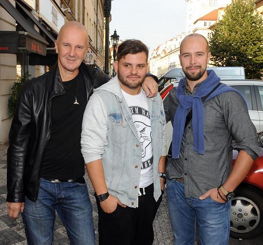 Ezy spolupracuje s Ondřejem Soukupem a jeho synem Františkem. Pojí je už i přátelská vazba.