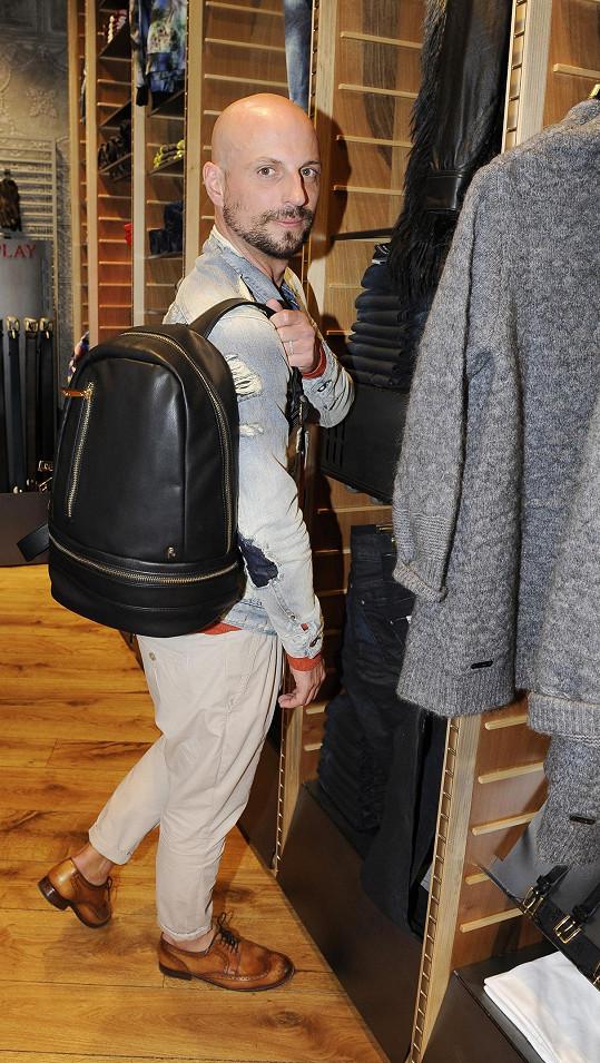 Filip prý přibral, a tak si dovolí nakupovat pouze doplňky.
