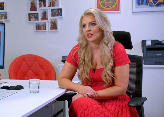 Simona Kijonková se v pořadu Utajený šéf musela hodně změnit. Z krásné blondýnky udělali maskéři šedou myšku.