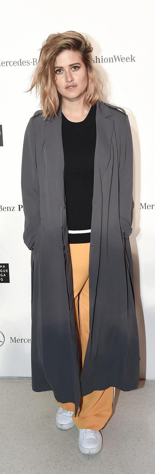 Smetana podlehla i aktuálnímu trendu lehkých letních kabátů z kolekce téže značky.