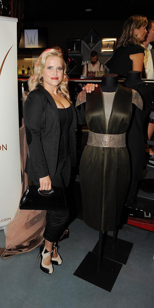 Její sexy šaty byly z dílny návrhářky Aleny Wilson.
