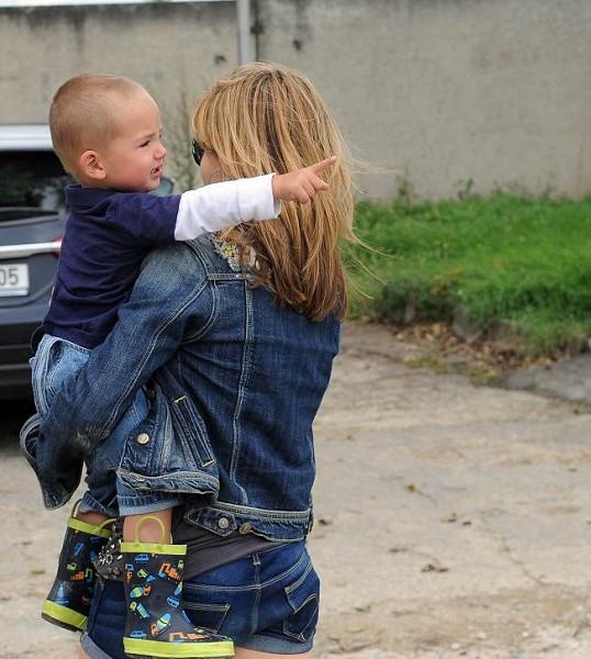 Malému Matyášovi je stále nejlépe u maminky v náručí.