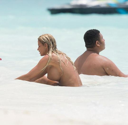 Katie si užívá dovolenou na Maledivách.