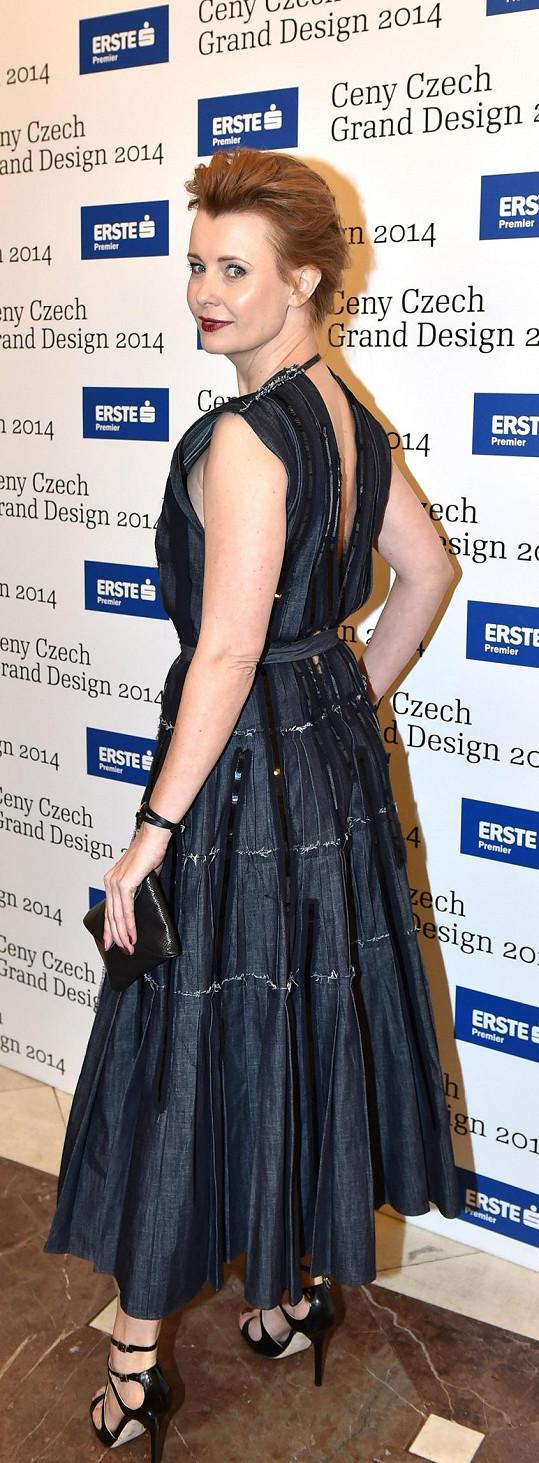 Jitka Schneiderová je přesně tím případem ženy, která ví, jakými odborníky na vzhled se obklopit. Díky tomu se zařadila mezi české módní ikony. Na cenách Czech Grand Design zářila v modelu od Bottega Veneta. I díky výraznému líčení působila velmi sofistikovaně.