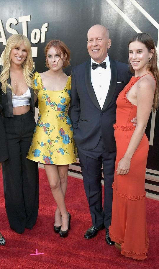 A na fotce s otcem (zleva): Rumer Willis, Tallulah Belle Willis, Bruce Willis, Scout Willis
