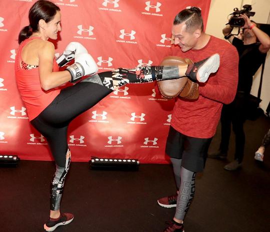 Díky focení si mohla vyzkoušet nový sport - kickbox.