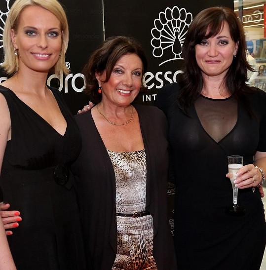 Kristina Kloubková ve společnosti své kamarádky Tamary Rotterové a zpěvačky Marie Rottrové při otevření nehtového studia v obchodním centru na Smíchově.