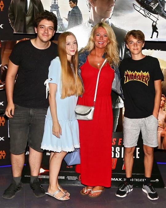 Lucie Benešová se svými dětmi. Nejmladší Lara chybí.