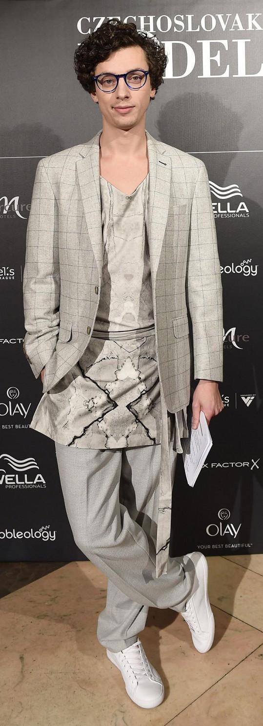 Moderátor večera Jan Cina se vzdal myšlenky klasického obleku. Zvolil místo toho kalhoty a sako od Pietro Filipi, které oživil mramorovým topem od Lukáše Macháčka. Herec je přesně ten typ, který si podobné úlety může dovolit a nevypadá to na něm nepatřičně.