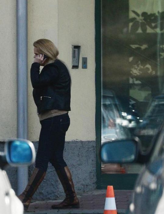 Poté, co zjistila, že je prozrazena, někam zuřivě telefonovala.