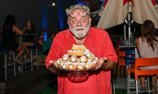 Jako odměnu si vybral plný talíř kremrolí.