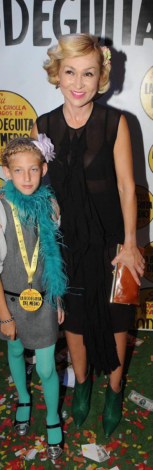 Kateřina Hrachovcová si dala záležet na účesu, outfit nebyl zrovna v předepsaném stylu.
