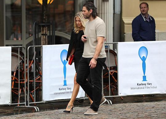 Jaromír Jágr s přítelkyní Veronikou, která předvedla tetování na levém nártu.