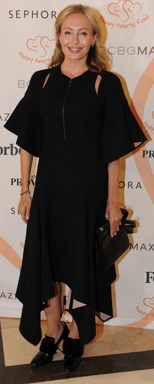 Večeře s charitativním podtextem se zúčastnila i sama Lubov Azria, která podle očekávání oblékla černé volánové šaty své rodinné značky Bcbgmaxazria.