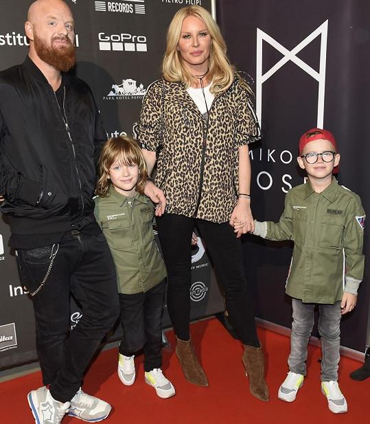 Simona s manželem Karlem a syny na koncertě Mikolase Josefa.