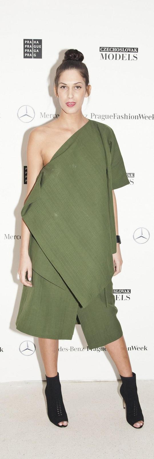 Vignerová o sobě dobře ví, že je výrazný typ, proto se nejlépe cítí v minimalismu, jakým jsou právě tyto lahvově zelené šaty COS. Možná, že i na nejkrásnější Češku roku 2009 působily šaty, jako by byly spíchnuté z banánového listu, a tak si nechala vytvořit i vlasový styling a líčení á la Asie.